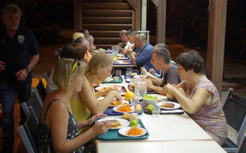 Moment de convivialité lors du dîner © Cyril Chambard / MNHN / Madibenthos