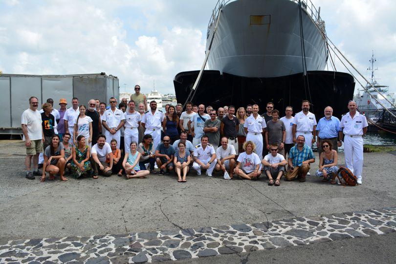 Photo de groupe : les scientifiques et les marins de la base navale des Forces Armées aux Antilles ! © Florent Abguillerm / Marine nationale